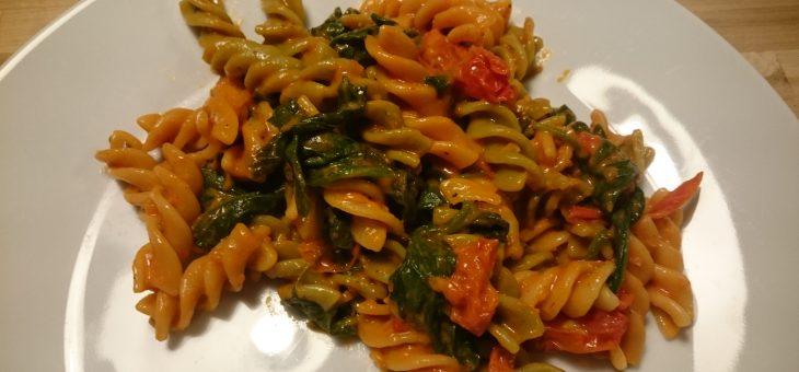 Pasta med spinat og friske tomater